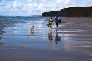 Wandern mit Kind und Kindertrage am Strand - kindertrage-zum-wandern