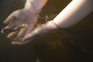 Wandern mit Kind - Eine Abkühlung am Wasser tut im Sommer gut