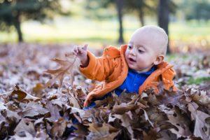 Wandern mit Kind - Spielen im Blätterbad